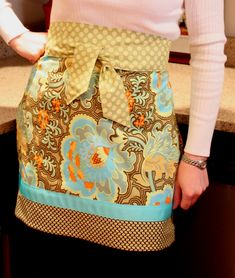 Sewing Men Projects An Absolute Feast of 200 Free Apron Patterns - So Sew Easy - So we've put together a collection of the internet's best DIY Apron Tutorials and Free Apron Patterns to get you back in the mood for wholesome home living! Half Apron Patterns, Vintage Apron Pattern, Apron Pattern Free, Aprons Vintage, Retro Apron, Dress Patterns, Sewing Aprons, Sewing Clothes, Diy Clothes