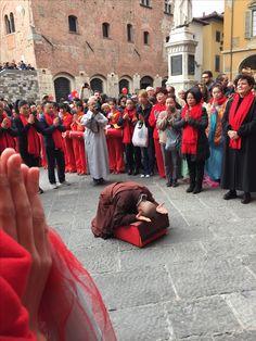 le Monache Buddiste in Preghiera in piazza del Comune a Prato, recitano il Mantra del Cuore in occasione del Capodanno Cinese 2017 , anno del Gallo,
