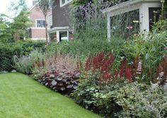 Klassieke tuin - Engels ontwerp tuin met veel vaste planten en rozen.