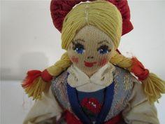 Stickande flicka Charlotte Weibull. på Tradera.com - Övriga dockor |