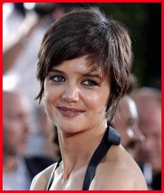 Katie Holmes has some great short haircuts in a variety of styles and all looks great. Katie Holmes made big headlines when her relationship with the much older Tom Cruise was made public and then the subsequent marriage as well. Pixie Haircut Styles, Pixie Styles, Hairstyles Haircuts, Dark Pixie Cut, Long Pixie, Pixie Cuts, Katie Holmes, Haircut Pictures, Cut Photo