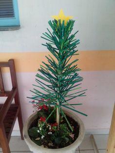 Árvore de Natal de rolinhos de papel de jornal e revista