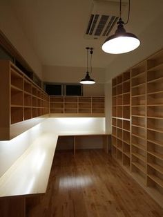 Every light is harsh. Big ceiling fixtures are good for factories. The desk surface lighting is too much of a contrast to the rest of the room. 建築家:岩本 愛「Shell-house」 Home Room Design, Home Design Plans, Home Office Design, Home Office Decor, House Design, Home Decor, Small Home Offices, Interior Architecture, Interior Design