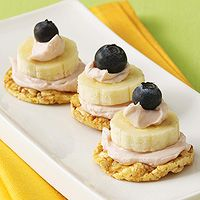 Blueberry-Banana Stacks: use popcorn cakes, strawberry-flavored cream cheese, bananas, & blueberries. Healthy snack when you're in the mood for something sweet! Smart Snacks, Healthy Snacks For Kids, Healthy Treats, Yummy Snacks, Snack Recipes, Yummy Food, Healthy Recipes, Healthy Eating, Kid Snacks