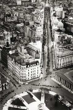 Aerial view of Plaza de Mayo in 1952 - Lines of people waiting to pay their respects at Evita's funeral in the Metropolitan Cathedral (right of photo). Beyond The Border, South Of The Border, Wonderful Places, Beautiful Places, Neoclassical Architecture, Aerial View, South America, City Photo, Cathedral