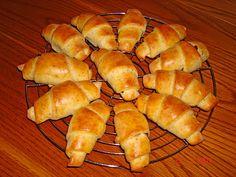 Gefüllte Hörnchen, ein sehr schönes Rezept mit Bild aus der Kategorie Brot und Brötchen. 64 Bewertungen: Ø 4,3. Tags: Backen, Brot oder Brötchen, einfach, Frühstück, Kuchen, raffiniert oder preiswert, Schnell