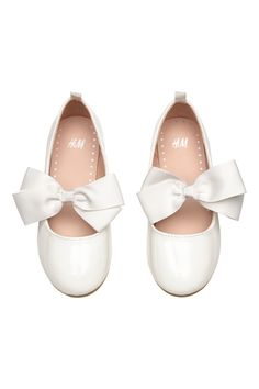 Ballet pumps in imitation leather with a decoration on the front, grosgrain trim around the opening and a loop at the back. Imitation leather linings and in H&m Shoes, Patent Shoes, Ballerina Flats, Ballet Flats, H&m Fashion, Fashion Online, White Pumps, Fashion Company, Wedding Accessories