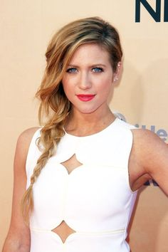 Always a red-carpet dream, Brittany Snow paired hot-pink lips with an undone side-braid. Pretty Hairstyles, Braided Hairstyles, Wedding Hairstyles, Updo Hairstyle, Chignon Wedding, Hot Pink Lips, Brittany Snow, Celebrity Hairstyles, Celebs