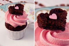 Saftiger Brownie-Teig mit Schokostückchen, und eine Haube aus rosa Bourbon-Vanille-Frischkäsecreme, getoppt von einem Herz aus leckerem Brownieteig.