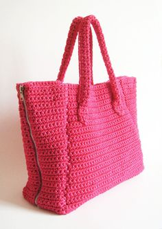 Zipper sides bag pattern. A crocheted day to day tote which turns into a wide travel bag. Easy level pattern, row by row instructions by Chabepatterns