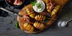 Αν βαρεθήκατε να τρώτε τις κλασικές πατάτες στον φούρνο, σας προτείνουμε μια διαφορετική συνταγή. | GASTRONOMIE | iefimerida.gr | πατάτες, συνταγή, υλικά, εκτέλεση Couscous, Baked Potato, Steak, Baking, Ethnic Recipes, Party, Food, Fine Dining, Bakken