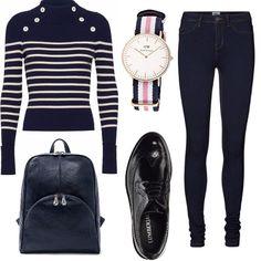 Un outfit adatto per un viaggio di lavoro, comodo e pratico, maglia con collo alto e bottoni bianchi laterali, blu marino, jeggins di jeans blu scuro, stringate nere con lacci, borsa da spalla in pelle nera, orologio in tessuto multicolore.