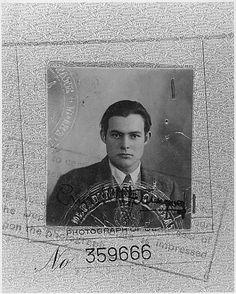 Foto de pasaporte de Ernest Hemingway a los 23 años.