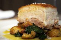 Leitão assado com molho de laranja e castanhas portuguesas do chef Marcílio Araújo - http://chefsdecozinha.com.br/super/receitas/especial-de-natal/leitao-assado-com-molho-de-laranja-e-castanhas-portuguesas-do-chef-marcilio-araujo/ - #Leitao, #MarcílioAraújo, #Natal, #Porco, #Superchefs