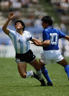 Maradona y Bagni en México Vaya fotaza! (Vía Aquel día Diego le hizo un gran gol a Giovanni Galli. Samba, Tango, History Of Soccer, Pure Football, Diego Armando, Fifa, Football Images, Retro Pictures, Good Soccer Players