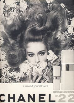 Propaganda Chanel N˚ 22 de 1965. Chanel vintage ad from the 1960s. I'm loving this photo!