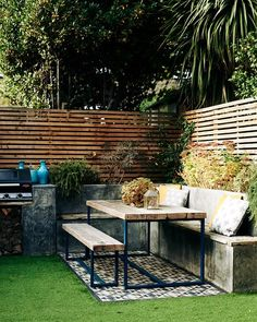 Garden Design The garden serves as an outdoor room in summer, complete with artificial grass, bench Cozy Backyard, Backyard Landscaping, Outdoor Rooms, Outdoor Living, Outdoor Decor, Outdoor Bench Table, Table Bench, Small Outdoor Patios, Potting Benches