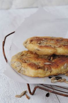 Disse små brødene smaker helt nydelig. De egner seg godt som tilbehør til supper, salater og lignende. De er i tillegg svært raske å lage da de ikke trenger heving og blir laget i stekepannen. Solsikkekjernene får en deilig sprøstekt smak. Raske pannebrød med solsikkekjerner Ca. 20 småbrød 25 g gjær 3 dl lunkent vann …