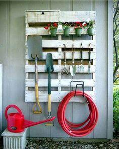 E o charme do cantinho da jardinagem Via @pinterest . O reaproveitamento de caixotes de madeira com uma pintura alguns ganchos e vasos é uma ideia sustentável e funcional para organizar as ferramentas sem deixar de decorar o espaço . #vidademamaearquiteta #maedecasal #inspiração #cantodajardinagem #paisagismo #cuidadoscomojardim #decoração #decoraçãofuncional # reaproveitamentodematerial #sustentabilidade #instapic #instadecor #instadicas #dicasdearquitetura #socialmedia #blogosferamater...
