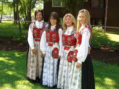 Jenter i Romsdals drakter