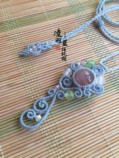 玉如意尾扣随手教程 第1步 Macrame Jewelry Tutorial, Macrame Bracelets, Mac Stone, Stone Wrapping, Macrame Patterns, Fiber Art, Washer Necklace, Tassels, Crochet Necklace