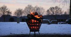 Vuurkorven geven sfeer en warmte op een winter bruiloft