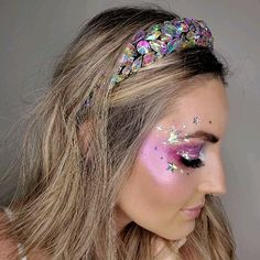 Hello babies, a bright and super cute makeup. The applied stones are our Loose gems, the glitters are Snow White and stars of Silver Rain, available in our online store. Mermaid Makeup Looks, Mermaid Costume Makeup, Unicorn Makeup, Mermaid Halloween Makeup, Gem Makeup, Rave Makeup, Fairy Makeup, Makeup Inspo, Halloween Makeup For Kids