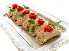 salata tarifimiz gün sofraları için davet sofraları için tavsiyemdir.çok lezzetli oluyor...sunumda porsiyonluk olduğu için servisi ko... Easy Salad Recipes, Easy Salads, Crab Stuffed Avocado, Cottage Cheese Salad, Catering, Salad Menu, Cold Pasta, Seafood Salad, Lime Chicken