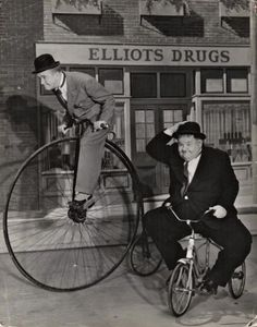 Cinema Fotos Stan Laurel and Oliver Hardy. Laurel And Hardy, Stan Laurel Oliver Hardy, Classic Tv, Classic Films, Foto Glamour, Comedy Duos, Velo Vintage, Cinema Tv, Penny Farthing
