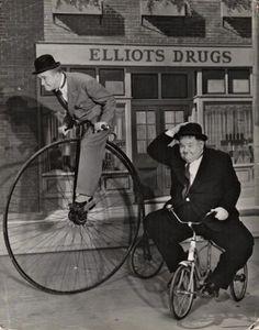Cinema Fotos Stan Laurel and Oliver Hardy. Laurel And Hardy, Stan Laurel Oliver Hardy, Classic Comedies, Classic Films, Foto Glamour, Velo Vintage, Cinema Tv, Penny Farthing, Air Raid