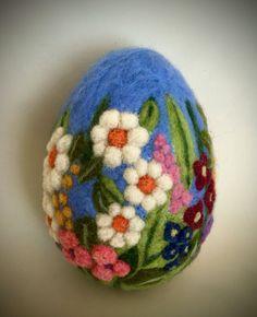 Nadel felt Easter egg - DIY and Crafts Easy Easter Crafts, Egg Crafts, Burning Flowers, Easter Egg Designs, Needle Felting Tutorials, Diy Ostern, Egg Art, Wet Felting, Felt Ornaments