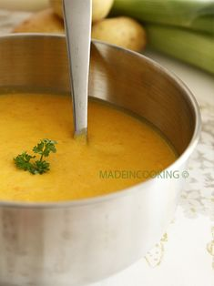 Recipe for leek, potato and carrot soup - cuisine - Easy Salad Recipes Easy Salad Recipes, Easy Healthy Recipes, Soup Recipes, Easy Meals, Cooking Chef, Cooking Recipes, Crockpot Steak Recipes, Clean Eating Soup, Food Porn
