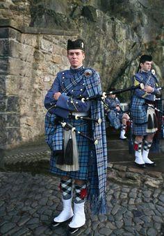 Citadel Piper, Royal Edinburgh Military, Edinburgh Castle This tartan is woven by DC Dalgliesh. Scottish Kilts, Scottish Clans, Scottish Tartans, Scottish Highlands, Scottish Costume, Scottish Dress, Edinburgh Castle, Edinburgh Scotland, Castle Scotland