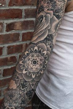 Certain tatouages peuvent être que sur un bras.