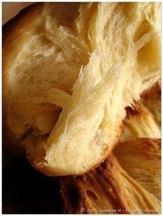 Sous sa croute croustillante se cache une mie filante,moelleuse et délicatement parfumée. Cette brioche est vraiment délicieuse, je ne peux que vous la conseiller ! Une recette dénichée sur le blog de Cindy, Gorgeous& Delicious. Ingrédients : – 500 g de farine T.55 – 12,5 cl de lait – 1 pincée de sel – 2 …