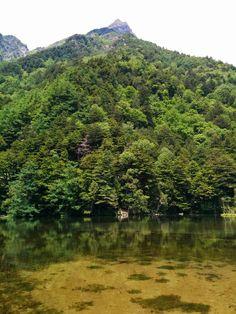 明神池から望む明神岳
