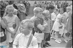 Giersings Realskole, lørdagsfri, 1967 I august 1967 startede eleverne på Giersings Realskole en uge før byens andre skoler, fordi man deltog i en forsøgsordning med lørdagsfri i sommerhalvåret - så måtte man jo hente skoledagene et andet sted, måske er det derfor, at eleverne ser lidt skeptiske ud.