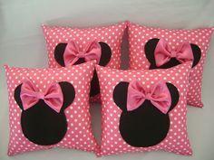 almofada minnie rosa tamanho 30 x 30 pedido mínimo de 10 unidades R$ 15,90 Cute Cushions, Cute Pillows, Baby Pillows, Throw Pillows, Cushion Covers, Pillow Covers, Box Cushion, Rideaux Shabby Chic, Sewing Crafts