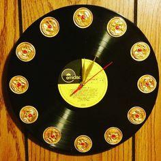 """Orologio da muro su vinile """"Zena nostra"""" #lorysuncreazioni #nespresso #riciclocreativo #vinyl #clock #zena4ever #ororosso"""