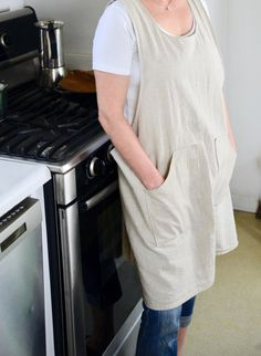 Get my FREE sewing pattern for this quick and easy cross-over apron project. Linen is great but any other fabric works well, too! Apron Pattern Free, Sewing Patterns Free, Free Sewing, Sewing Tutorials, Sewing Projects, Apron Patterns, Dress Patterns, Sewing Ideas, Sewing Tips
