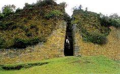 Estos muros pertenecen a la Fortaleza de Kuelap,de los Chachapoyas,tiene 600 m. de largo y 20 m. de altura.   Peru 700 y 1500 DC