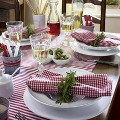 Great tablescape for an Italian dinner at home!Guardanapos {CHARME À MESA} Italian Lunch, Italian Night, Italian Themed Parties, Deco Champetre, Beautiful Table Settings, Dinner Themes, Decoration Table, Italian Table Decorations, Deco Table