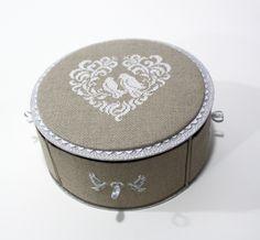 CARTONNAGE Pour fabriquer nos créations en carton, nous utilisons tout type de matériaux. Le tissu... Sylviane a brodé la toile de lin avant d'en gainer  sa boite et les tiroirs.  Les intérieurs sont habillés d'un papier fantaisie coordonné lin et blanc Le...