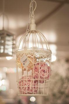 Gaiola Branca Decorativa com Rosas