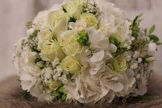 Elegantná svadobná kytica z bielych ruží a hortenzií