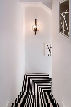 tapis pour escalier blanc noir, mur blanc, tapis escalier pas cher