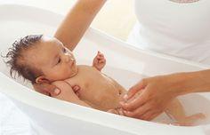 Deze moeder is haar baby aan het verzorgen door het in bad te doen - juf Pien