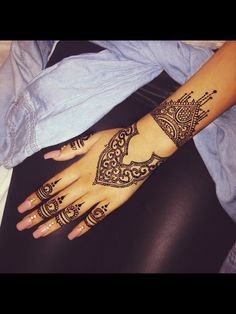 There honestly are some beautiful henna designs, this looks so elegant and classy, I want it!!
