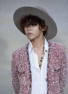 G-Dragon @ Paris Fashion Week (Womenswear) for Chanel's Spring Summer 2015 RTW 016