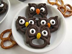 Pretzels- easy, fast and fun! Halloween Pretzels- easy, fast and fun tutorial for 5 chocolate dipped treats! These Halloween cuties can be created in no time and are guaranteed to spread smiles. Halloween Snacks, Yeux Halloween, Dessert Halloween, Halloween Owl, Halloween Stuff, Fall Treats, Holiday Treats, Holiday Recipes, Recipes